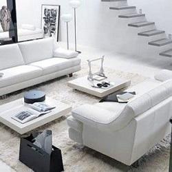 Biele obývacie steny a stoličky